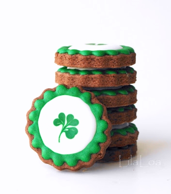 wet on wet royal icing decorated sugar cookies for St. Patrick's Day